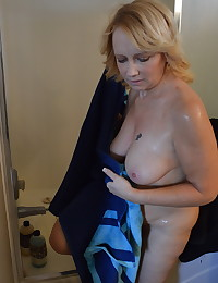 Horny mature girlfriend lets her boyfriend take pictures of her in the shower
